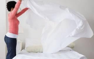 Как закрепить простынь на матрасе?