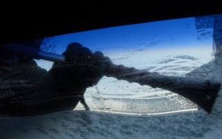Как очистить лобовое стекло от льда?