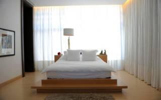 Кровать у окна в спальне – дизайн
