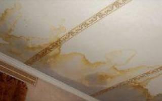 Как убрать желтые пятна на потолке после затопления?