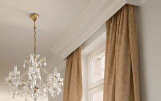Как повесить потолочный карниз для штор?