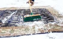 Как почистить ковер на снегу?